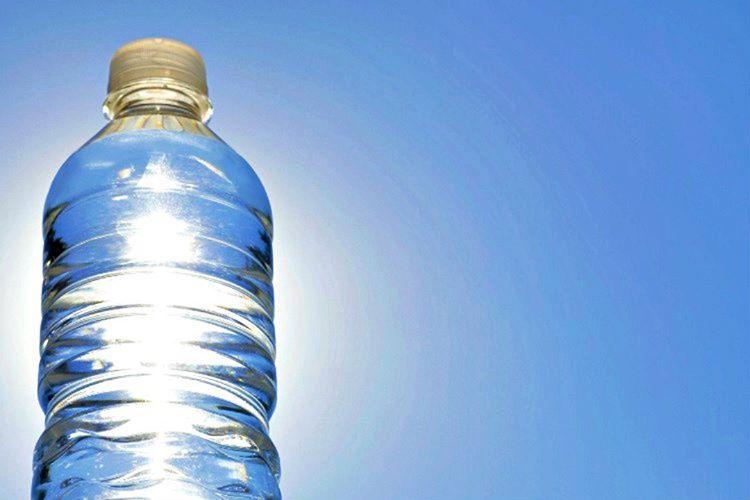 Pet şişe gibi yangına neden olabilecek nesneleri güneşin altında bırakmayın.
