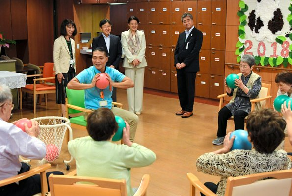 Crown Prince Naruhito and Crown Princess Masako visited a senior service center in Sumida for Elders Day