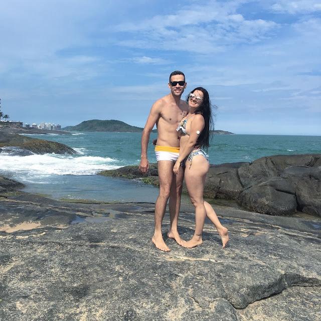 casal na praia com sensor libre no braço