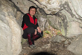 Przy drugim otworze jaskini.