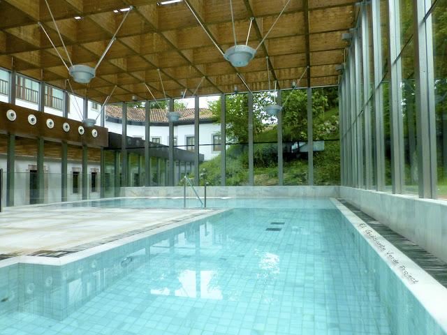 Gran Piscina del Balneario Real - Las Caldas Villa Termal por El Guisante Verde Project
