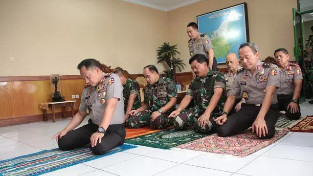 Saat Kapolri Jadi Imam Shalat Panglima TNI
