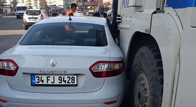 Diyarbakır Silvan'da otomobil TOMA ile çarpıştı