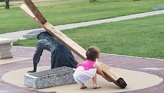 Κoριτσάκι βοηθάει τον Ιησού στο κουβάλημα του σταυρού