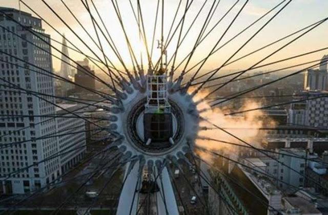 Un empleado desde el eje centraI del London Eye