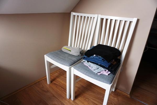 bałagan, z dziećmi, krzesło z ciuchami