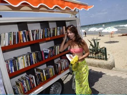Salah Satu Pembaca Perpustakaan Pantai di Tela Aviv