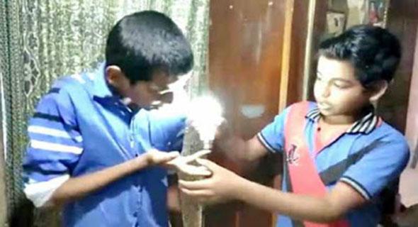 Bocah 9 Tahun Dari India Ini Bisa Nyalakan Lampu LED Dengan Kulitnya