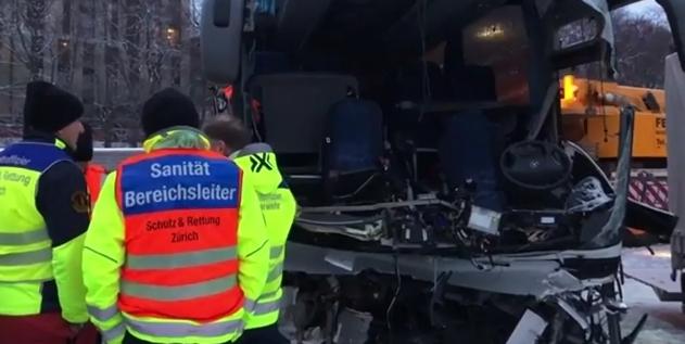 بالفيديو : بقايا الحافلة التي ارتطمت بحائط في الطريق السيار من إيطاليا نحو ألمانيا