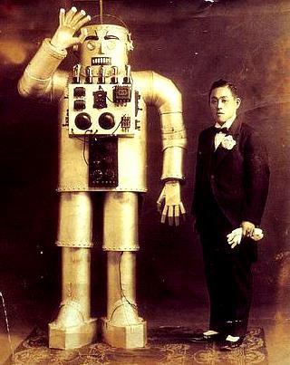 Foto del robot más grande que el hombre