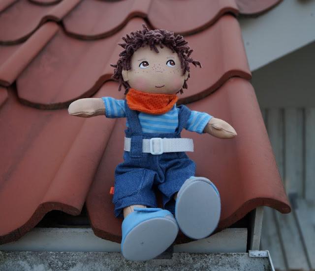 Puppen sind unglaublich wichtig für Kinder, als Freunde und Begleiter der Kindheit. Ich stelle Euch die wunderschön gestalteten und kuschelweichen Puppen Milla und Matze von HABA vor, die gerade bei uns eingezogen sind. Hier: Jungspuppe Matze mit Latzhose.