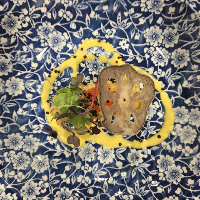 Causa limeña con ensaladilla de salmón, cangrejo y flor de loto.