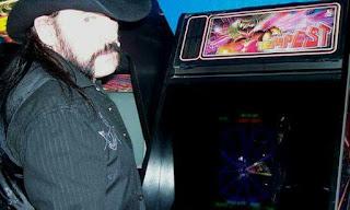 Lemmy jugando al arcade Tempest