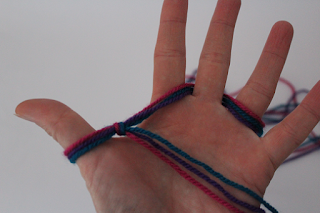 DIY-Basteltipp von Ars Vera für ein mit den Fingern gestricktes Stirnband.