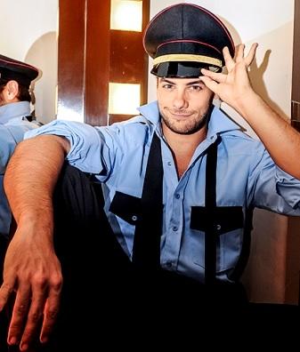 Foto de Andrés Wiese con ropa de policía