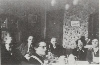 Henri Besseige (1887/1967), en bas, à gauche de cette photo de famille, comme à son habitude souriant et aimable (collection particulière)