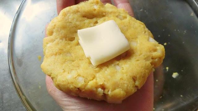 8㎝くらいに平らに広げ、中央にチーズをのせて包みます