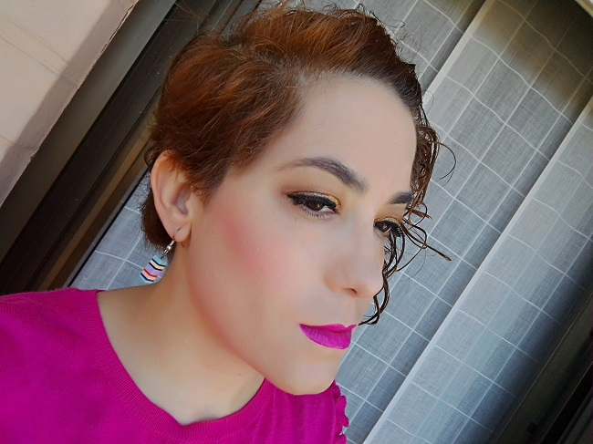 Maquillaje en ojos bronce y labios fucsias