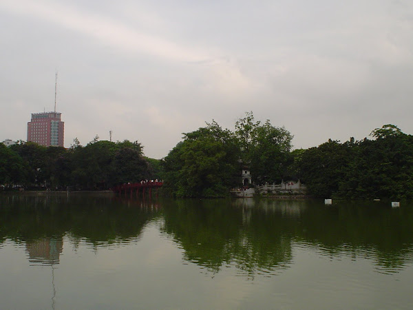 Pagoda, puente y lago de Hanoi