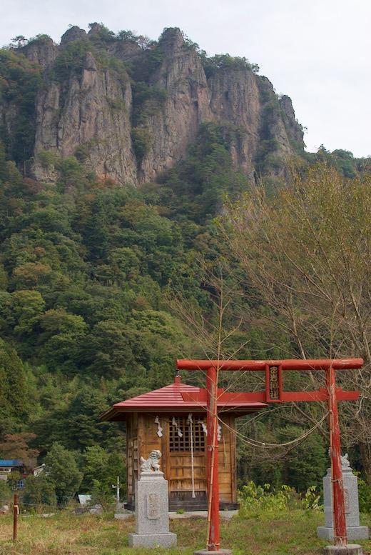 密岩神社の後ろにそびえる岩櫃山