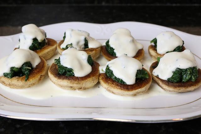 Champiñones con espinacas y queso