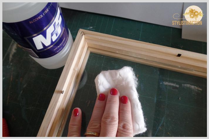 Cuadro con letras de scrabble formando palabras. Paso a paso post DIY by Stylistinaction. Limpiar el vidrio con alcohol