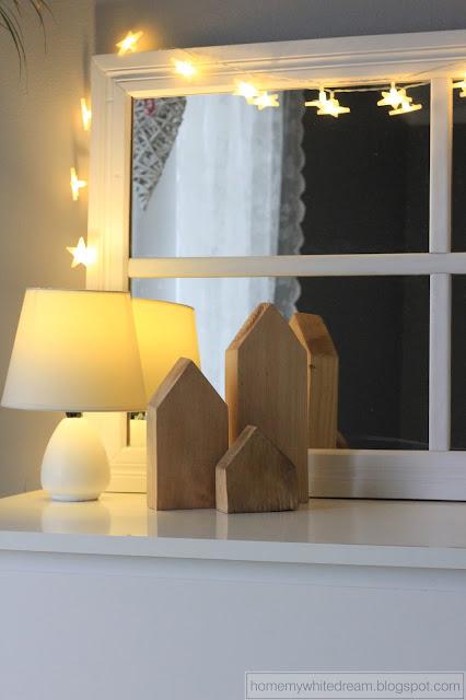 drewniane domki, drewniane lustro, lustro w ramie okiennej, szklane kubki z rurką