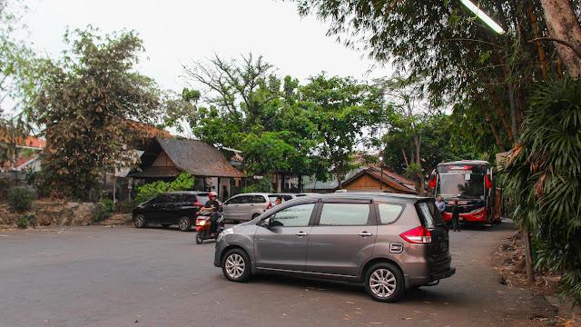 parkiran saung angklung mang udjo