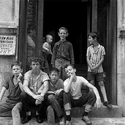 http://kvetchlandia.tumblr.com/post/152014018458/danny-lyon-children-at-an-apartment-entrance
