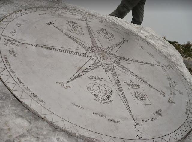 La rosa dei venti sulla vetta del Monte Sagro