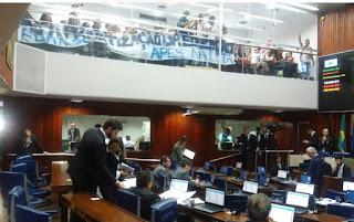 Estudantes fazem protesto na Assembleia Legislativa da Paraíba contra terceirização na Educação