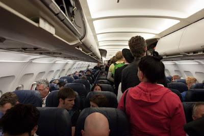 passageiros em pé numa aeronave
