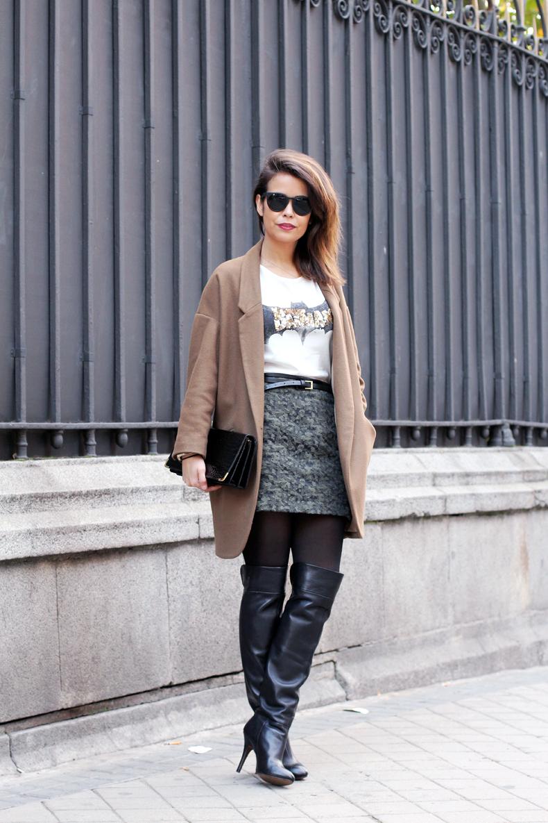 d9e4b13b Abrigo/Coat:Topshop (Similar, HERE); Camiseta/Top:Zara, HERE;  Falda/Skirt:Zara, HERE; Cinturón/Belt:H&M (Old), Botas altas/Over the Knee  Boots:Zara, HERE; ...