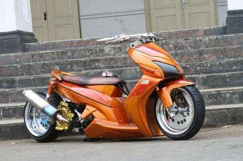 Foto Gambar Modifikasi Gaya Low Rider  Honda Vario CW ini penggeseran ban belakang jika menggunakan velg lebar, dengan melebarkan velg membuat roda depan dan belakang tidak sejajar
