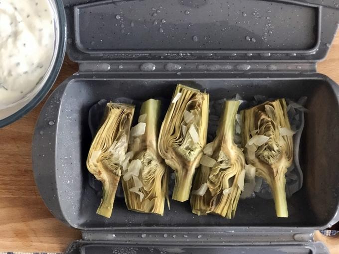 Alcachofas al vapor con yogur, menta y cilantro