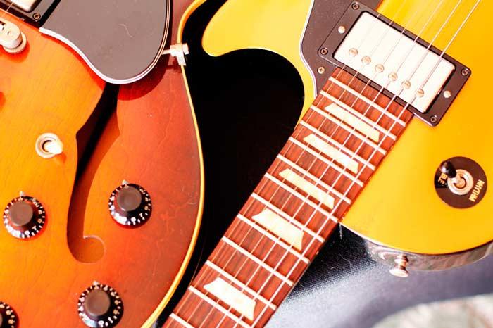 Izquierda, Gibson ES-335 Dot junto a Gibson Les Paul Goldtop. Fotografía original del autor.