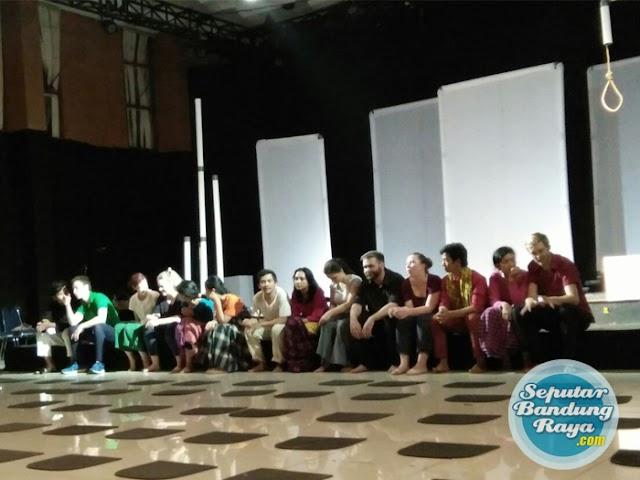 "Pergelaran Teater ""Cahaya Memintas Malam"" di UPI Bandung"