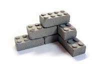 İnşa etmeyi anlatan üst üste konmuş lego şeklindeki minyatür kerpiç tuğlalar