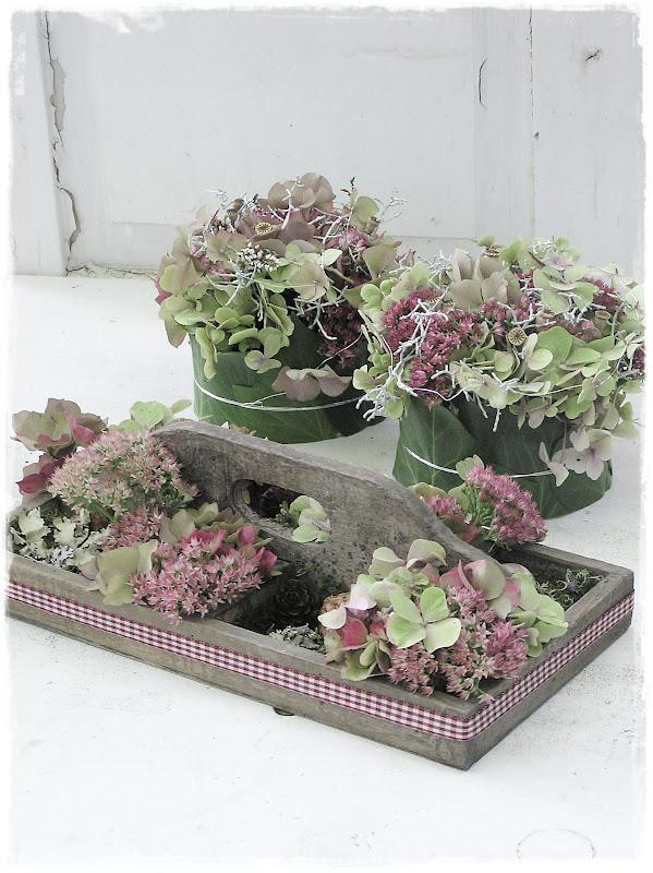 tischdeko hortensien modern elegante tischdeko christrosen nelken bouvardie milchstern und. Black Bedroom Furniture Sets. Home Design Ideas