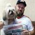 """Meg Maria espera entregador de """"O Santarritense"""" e leva jornal para o dono"""