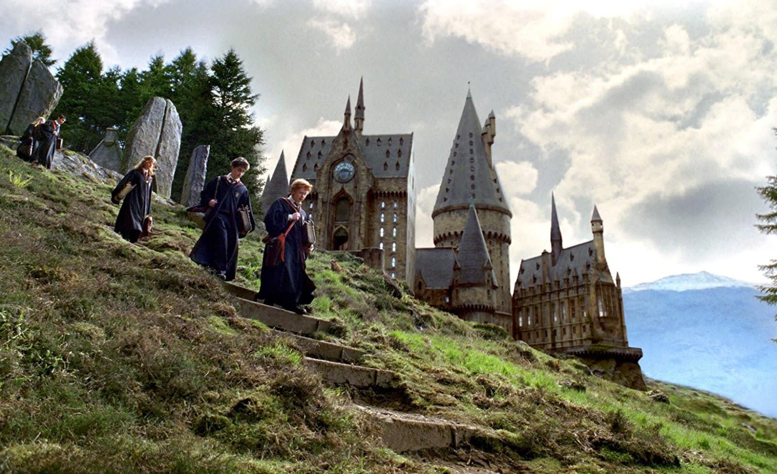 Les trois protagonistes du film avec le château de Poudlard en fond