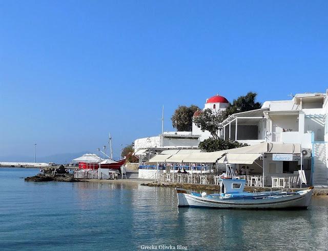łódki na morzu, tawerna, grecka cerkiew z czerwonym dachem Mykonos Grecja