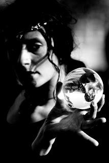 bruja pitonica con su bola de cristal para adivinar el futuro