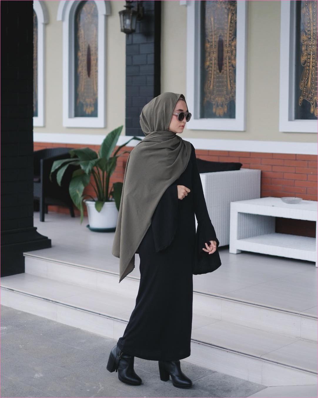 Outfit Kerudung Pashmina Ala Selebgram 2018 hijab pashmina diamond hijau army baju abaya lengan terompet warna hitam sepatu boots heels  kacamata bulat hitam ciput raju legging ootd trendy kekinian pot bunga putih daun hijau