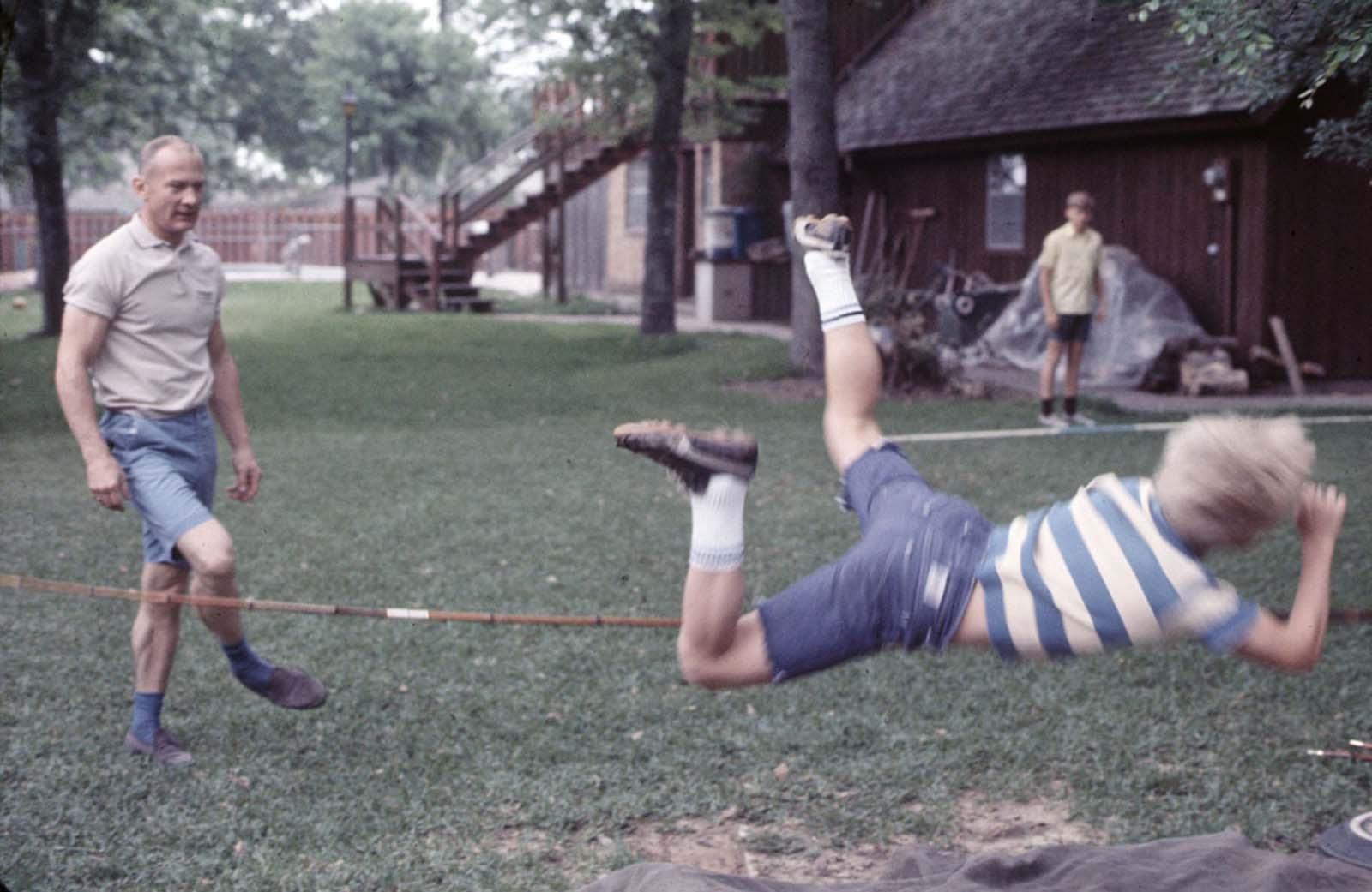 Buzz Aldrin e seus filhos praticam salto com vara em sua casa no Texas.