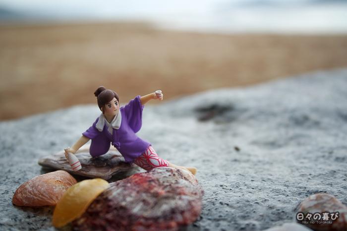 Fuchiko sur la plage, au milieu des coquillages