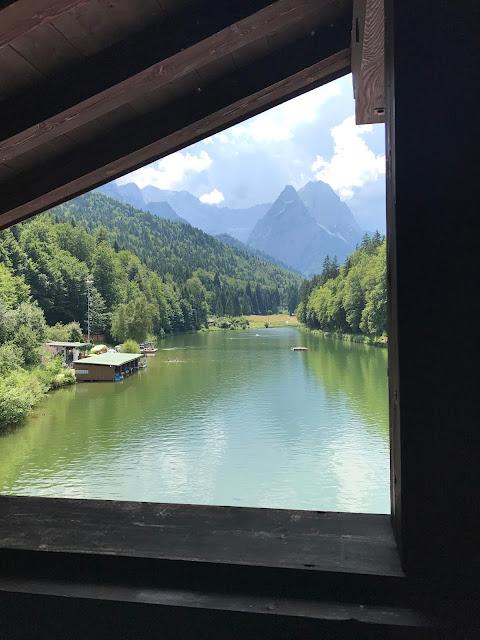 Blick aus der Riessersee-Suite auf das Wettersteingebirge, Hochzeit zu Dritt, kleine Familienhochzeit, Riessersee Hotel Garmisch-Partenkirchen, Bayern, freie Trauung