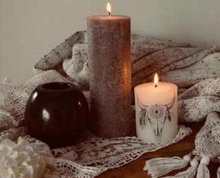Mise en scène des bougies personnalisées - Les secrets de Mia