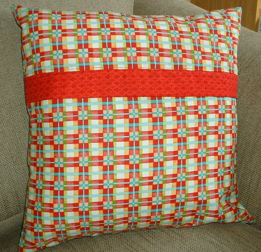 http://eamylove.blogspot.co.uk/2012/11/free-tutorialpillow-backs-with-covered.html