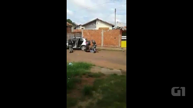 Jovens espancandos por policiais são soltos após não serem reconhecidos por testemunhas como autores de assalto; PMs devem ficar 10 dias presos